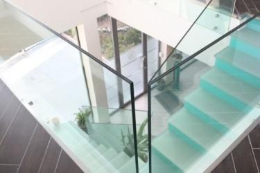 Parapetto in vetro su scala in vetro