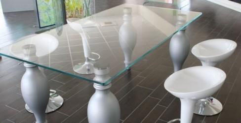 Tavolo con ripiano in vetro trasparente